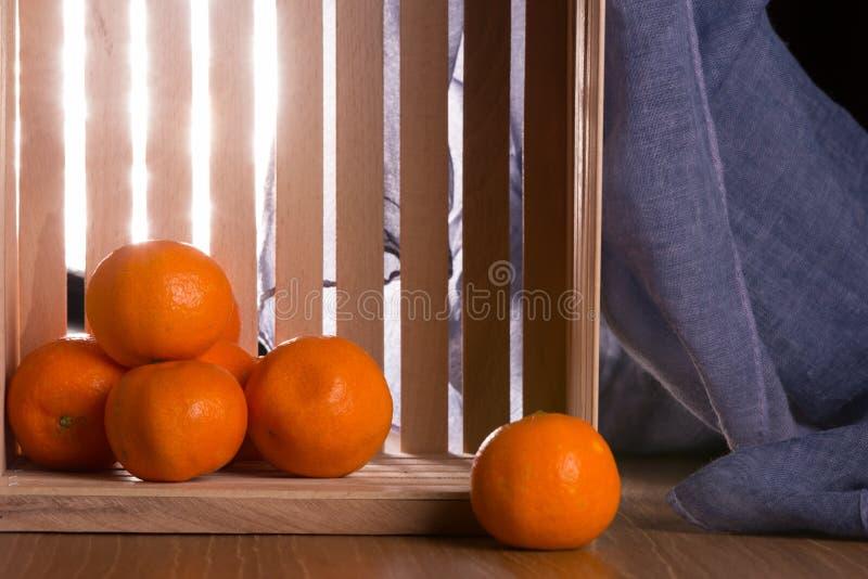 Download Dojrzali Tangerines W Drewnianym Pudełku Zdjęcie Stock - Obraz złożonej z juiced, dojrzały: 106913072