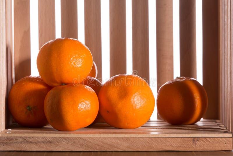 Download Dojrzali Tangerines W Drewnianym Pudełku Obraz Stock - Obraz złożonej z cukierki, kolor: 106913143