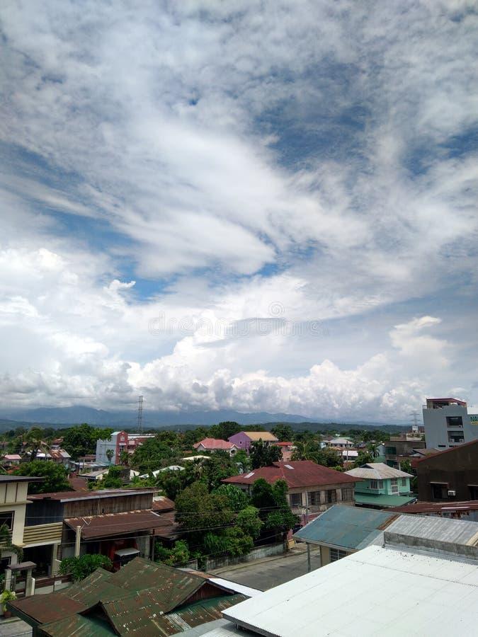 Dokąd miasto spotyka niebo obraz stock