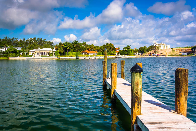 Dok in Collins Canal in het Strand van Miami, Florida stock fotografie