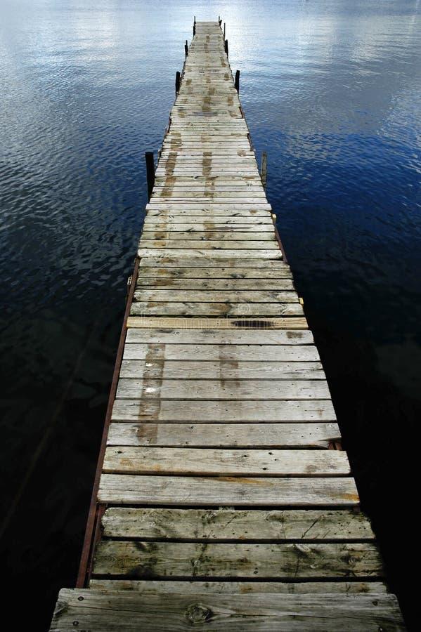 Dok dat in Blauw Water drijft stock foto's