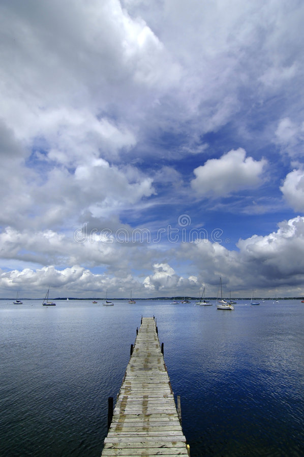 Dok het Drijven in Blauw Water royalty-vrije stock afbeeldingen