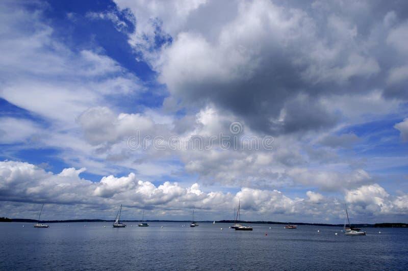 Dok het Drijven in Blauw Water stock foto