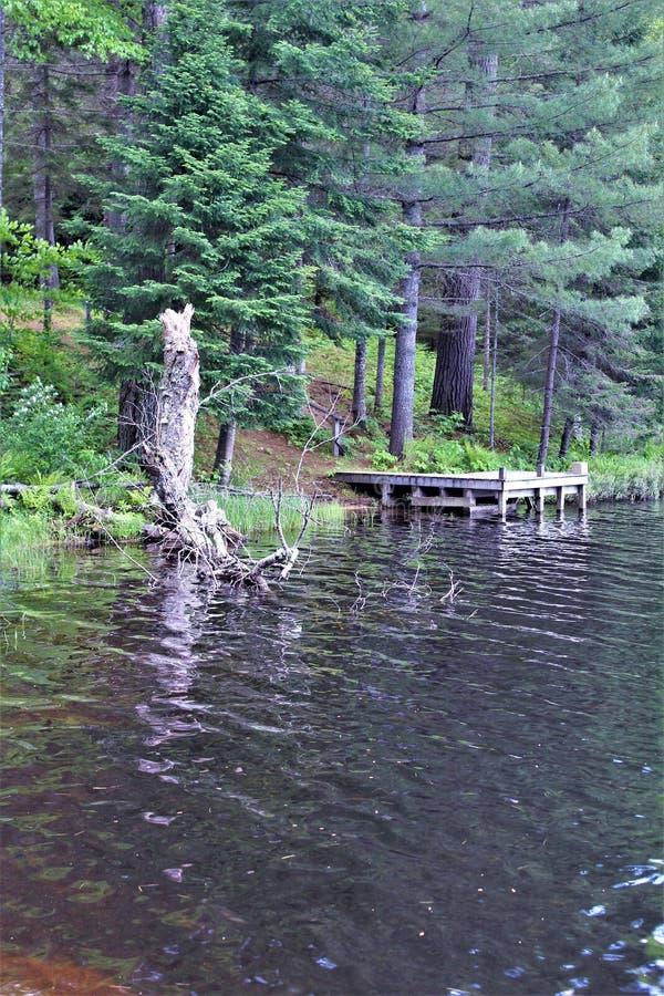Dok in Leonard Pond in Childwold, New York, Verenigde Staten wordt gevestigd die royalty-vrije stock fotografie