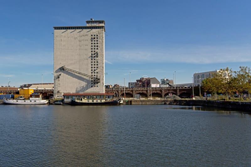 Dok met de verlaten industriële bouw in de haven van Antwerpen stock afbeelding