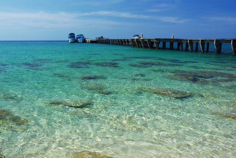 Dok met duidelijk zeewater royalty-vrije stock fotografie