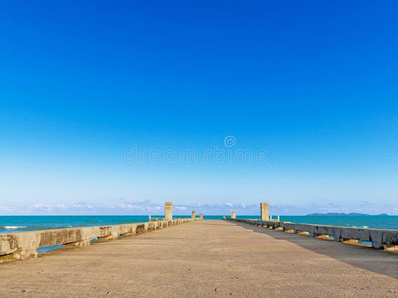 Dok met strand op de zomer stock foto's