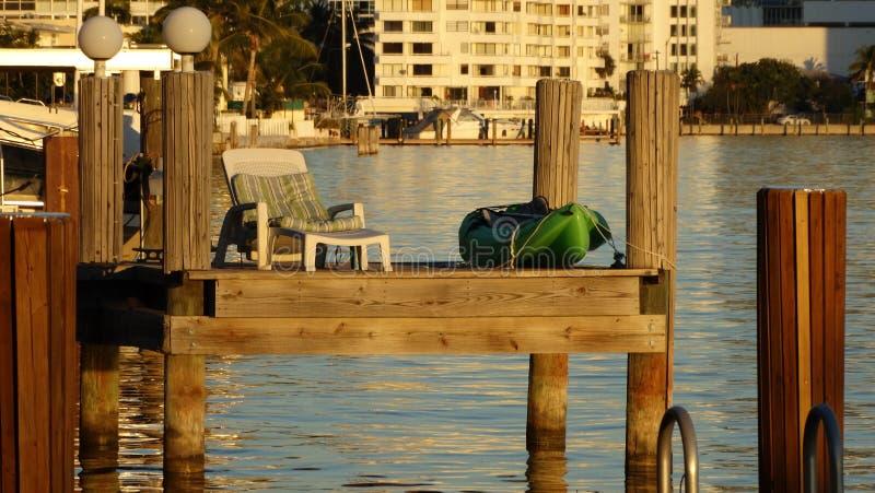 Dok om een rijke sunbath te rusten en te drinken bij zonsondergang royalty-vrije stock foto