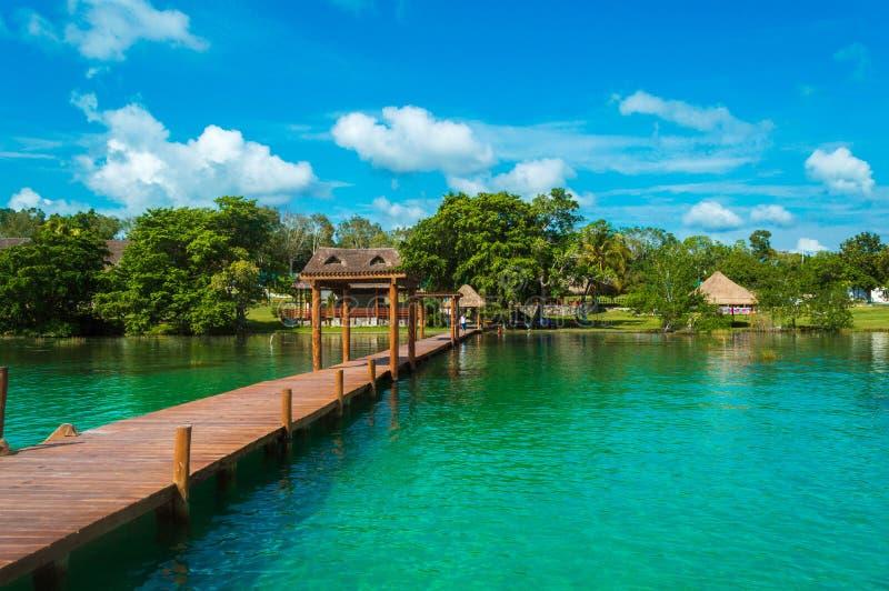 Dok op de kust van bacalar lagune royalty-vrije stock foto's