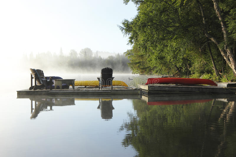 Dok op Misty Lake stock afbeeldingen