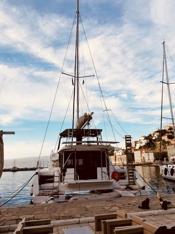 Dok wyspy przygody łódkowaty wodniactwo żegluje wycieczki Grecja słońca morze obrazy royalty free