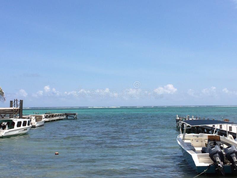 Dokken, boten van San Pedro, Amber Caye Belize stock afbeelding