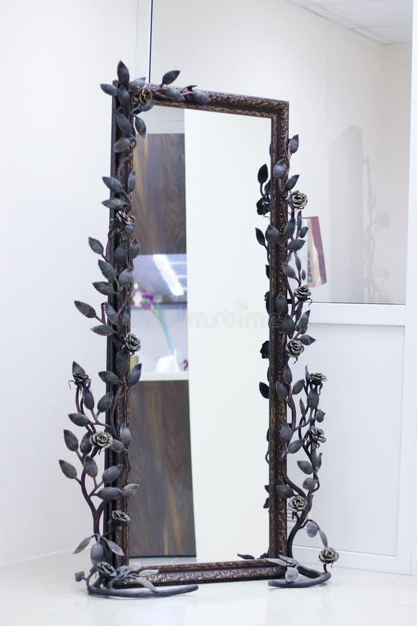 Dokonana rama splatająca z różami z lustrem zdjęcia royalty free