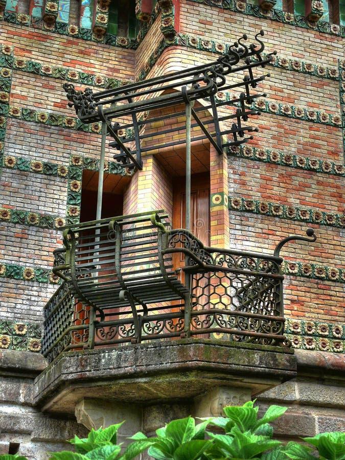 Dokonanego żelaza ławka i balkon fotografia stock