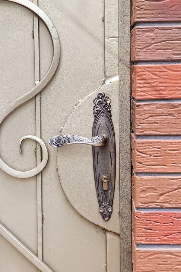 Dokonanego żelaza drzwiowa rękojeść zdjęcia royalty free