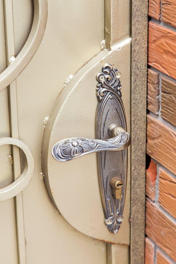 Dokonanego żelaza drzwiowa rękojeść fotografia stock