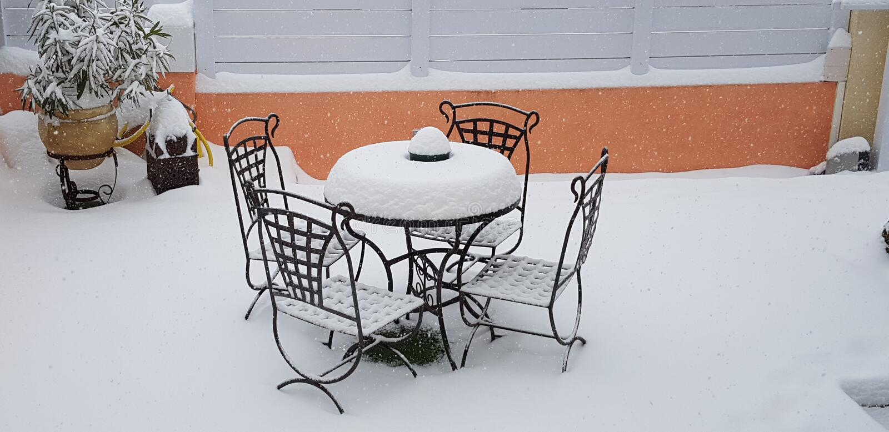 Dokonanego żelaza ogródu krzesła i stół zdjęcia stock