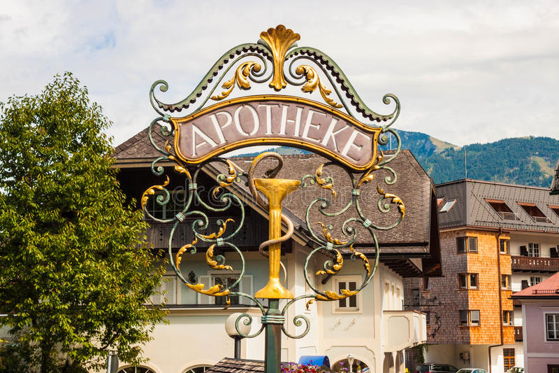 Dokonanego metalu apteki ornamentacyjny znak uliczny w Austria zdjęcia royalty free