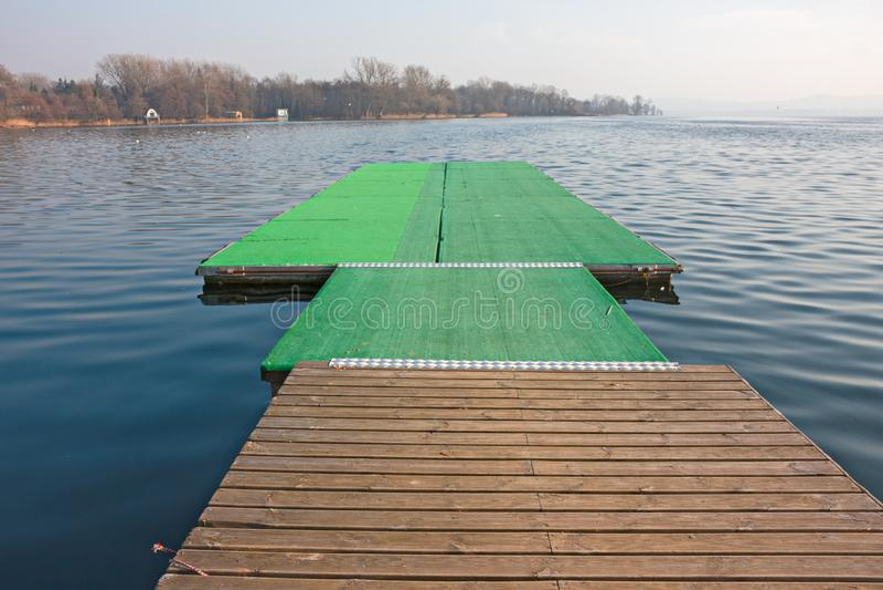 Dokować dok wioślarskie łodzie na brzeg zdjęcia royalty free