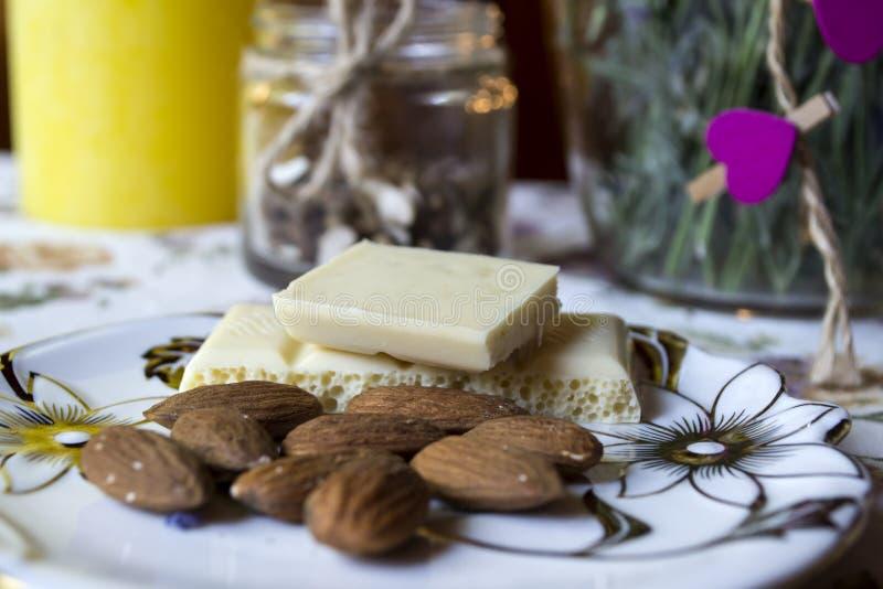 Dokrętki i biała czekolada w talerzu z bliska zdjęcie royalty free