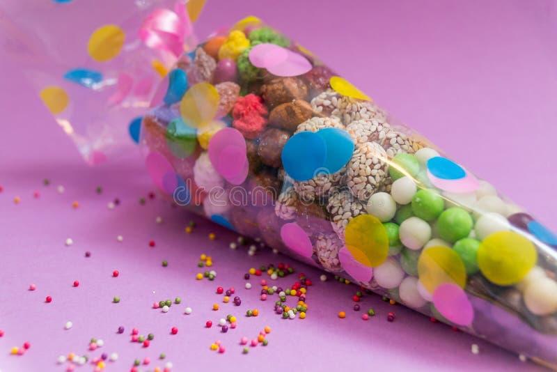 Dokrętki i cukierki pakowali w przejrzystym plastikowym worku z obrazkiem Świąteczny tuba obraz royalty free