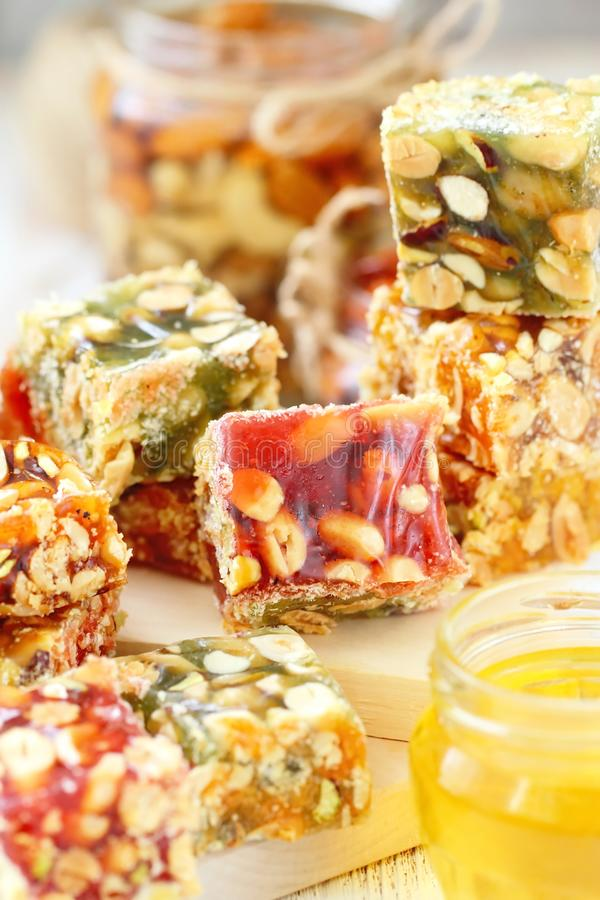 Dokrętki w miodowy i słodki marmoladowym z różnorodnymi dokrętkami fotografia stock