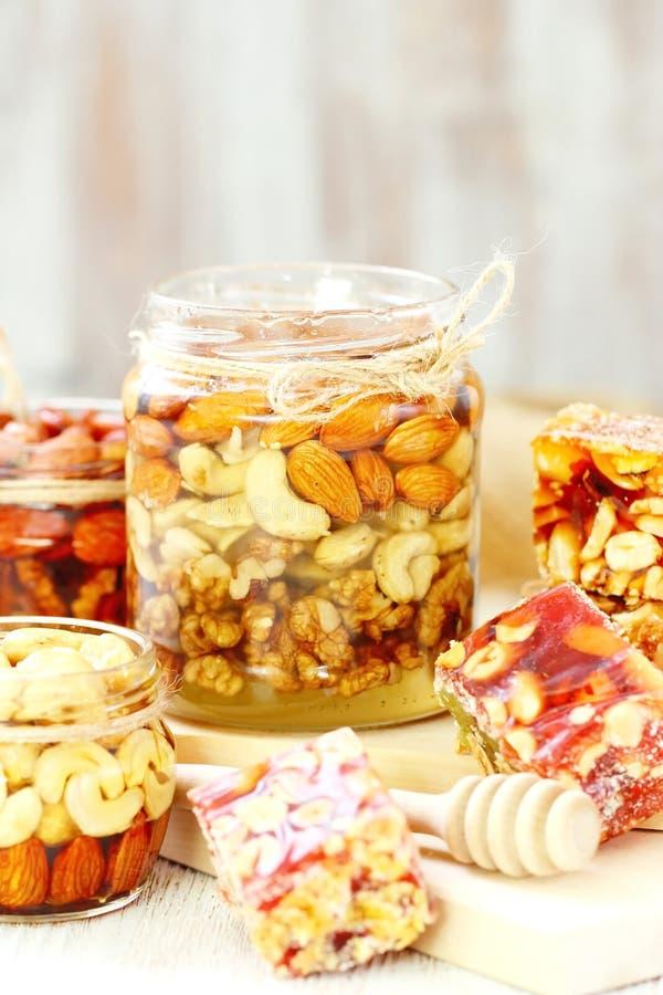 Dokrętki w miodowy i słodki marmoladowym z różnorodnymi dokrętkami zdjęcia stock