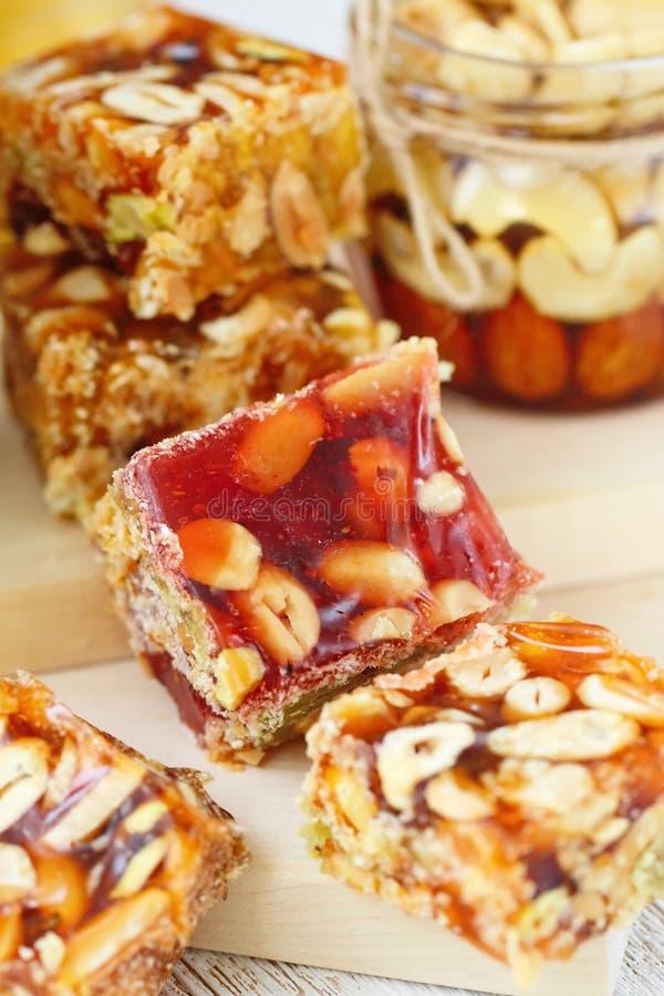 Dokrętki w miodowy i słodki marmoladowym z różnorodnymi dokrętkami zdjęcie royalty free