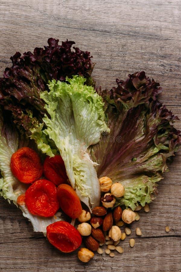 Dokrętki, wysuszone owoc i zielenie, fotografia royalty free