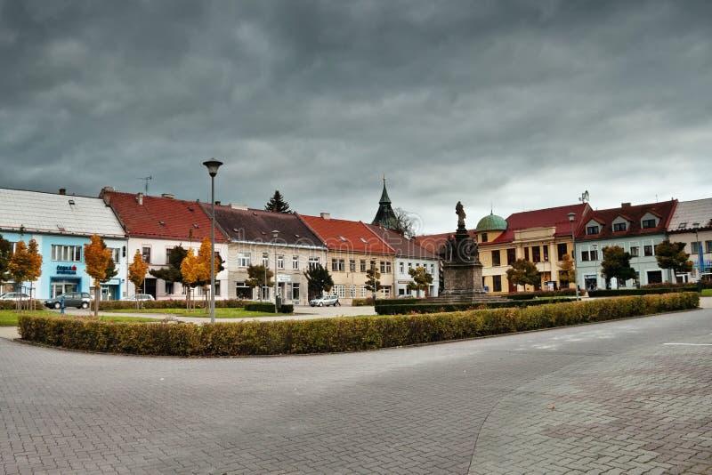 Doksy, kraj di Machuv, repubblica Ceca - 29 ottobre 2016: dettaglio del quadrato di Namesti Republiky in autunno fotografia stock libera da diritti