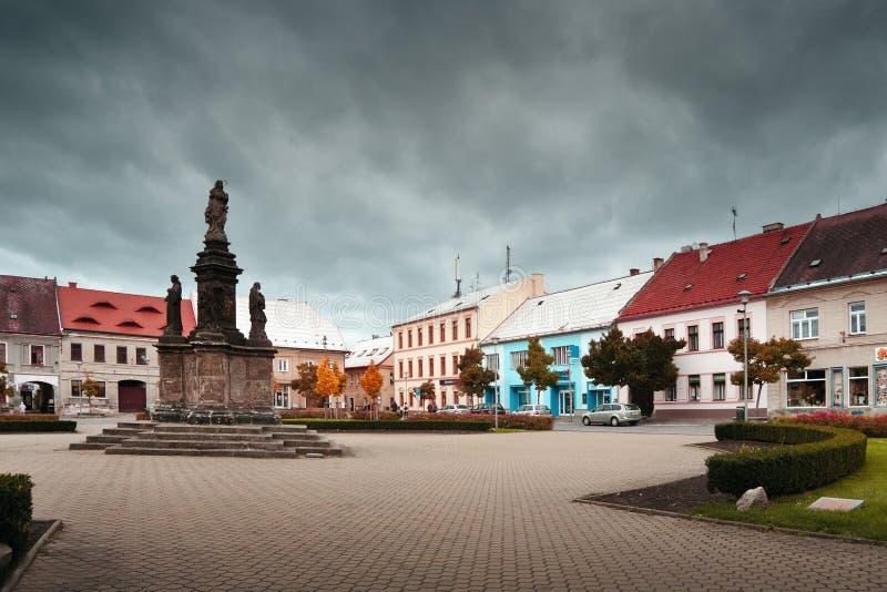 Doksy, kraj di Machuv, repubblica Ceca - 29 ottobre 2016: dettaglio del quadrato di Namesti Republiky in autunno immagine stock