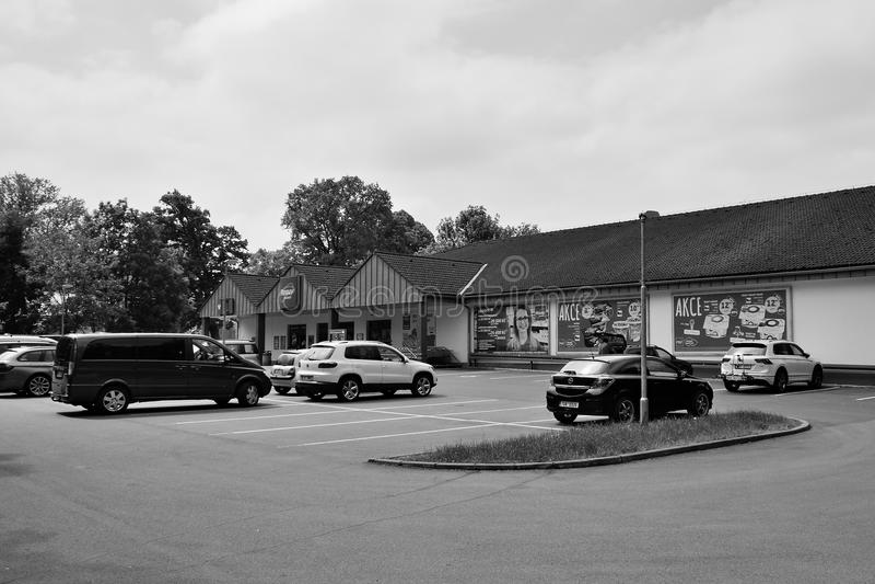Doksy, repubblica Ceca - 19 maggio 2018: molte automobili hanno parcheggiato davanti al mercato leggendario del penny della zona  immagini stock libere da diritti