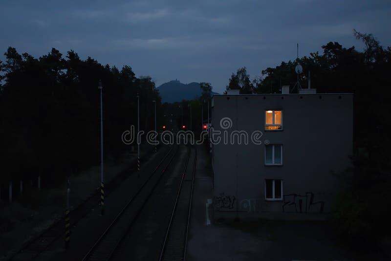 Doksy, repubblica Ceca - 28 settembre 2018: prepari il percorso, la costruzione ed il castello di Bezdez su horizont nella città  fotografia stock libera da diritti