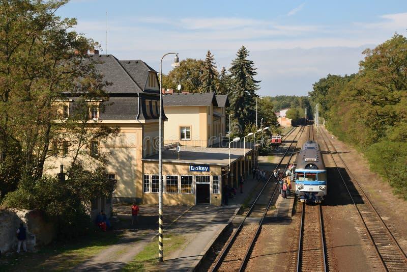 Doksy, repubblica Ceca - 28 settembre 2018: treno passeggeri per il turista nella stazione ferroviaria leggendaria nella città di fotografia stock libera da diritti