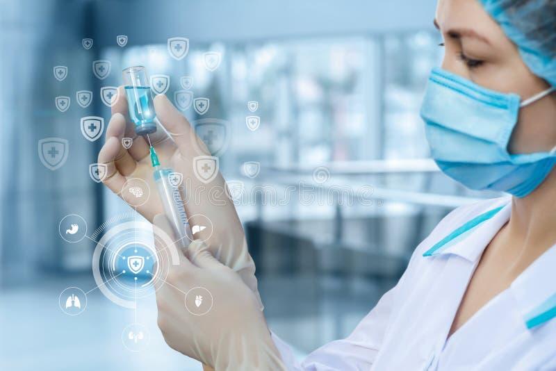 Dokter die het vaccin bereiken in de spuit royalty-vrije stock afbeelding