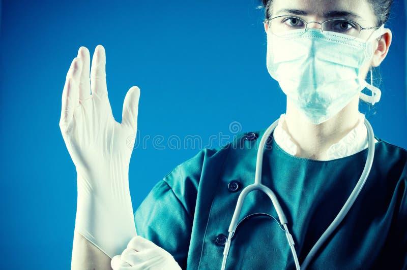 Dokter met handschoenen klaar voor chirurgie stock fotografie
