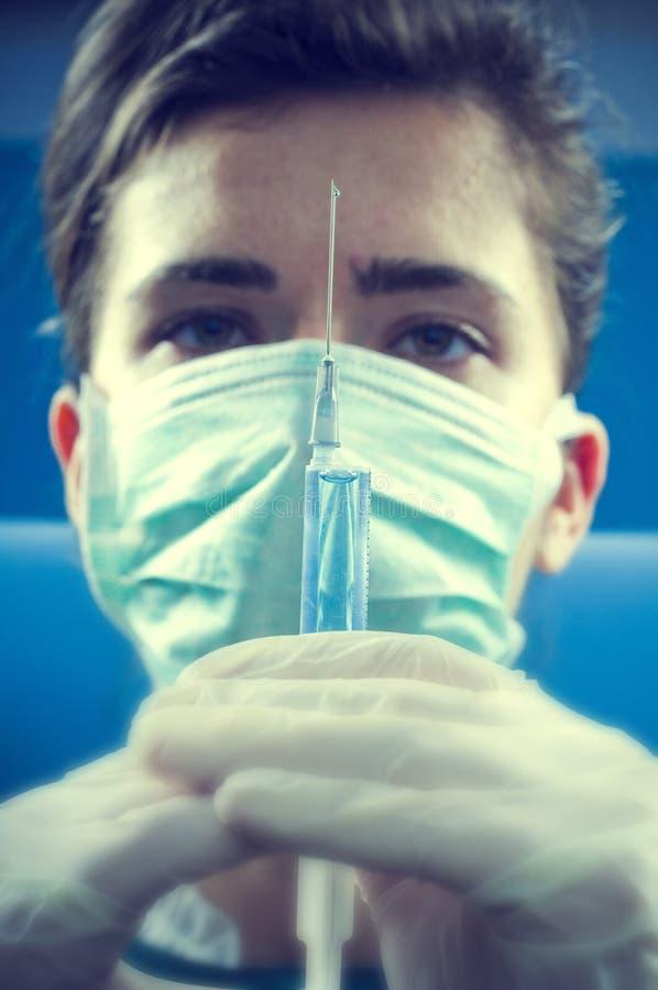 Dokter met injectie stock foto's