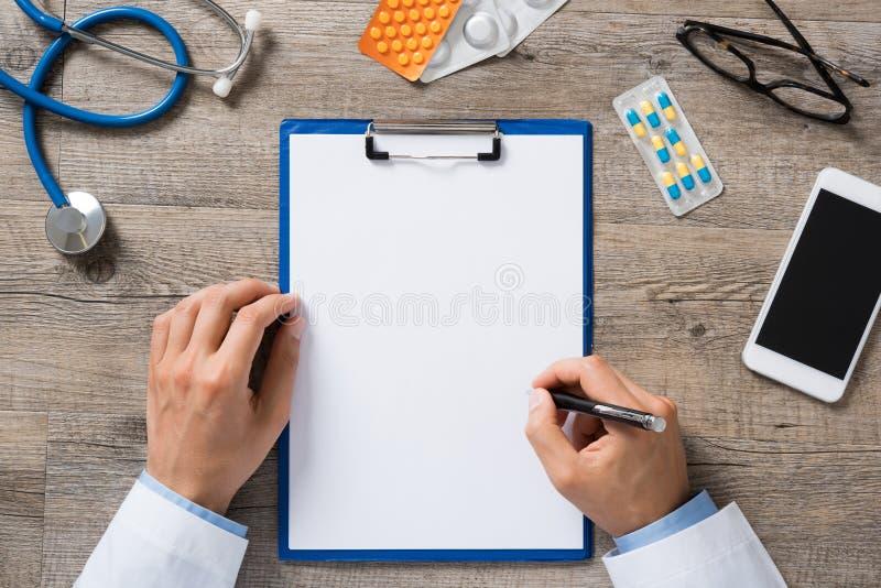 Doktor übergibt Schreiben lizenzfreie stockfotografie