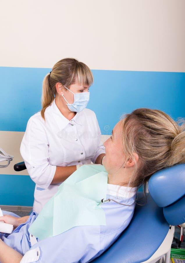 Doktor überprüft die Mundhöhle auf Zahnverfall stockbilder