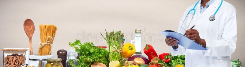 Doktor überreicht Lebensmittelhintergrund stockfoto