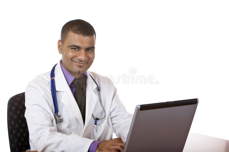 Doktor arbeitet an Computerlaptop im Büro lizenzfreie stockfotografie