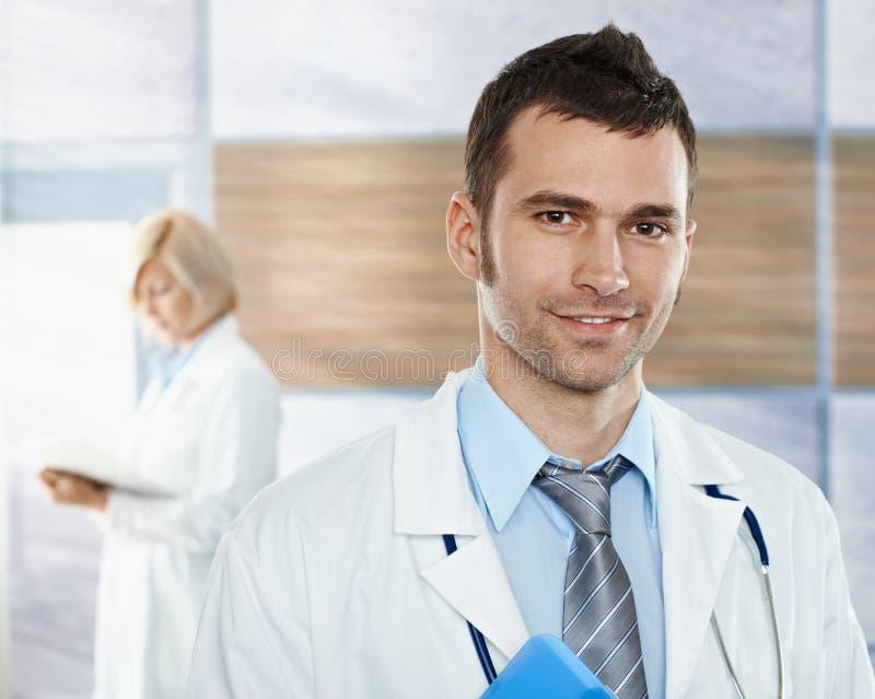 Doktor auf Krankenhausflur stockbild