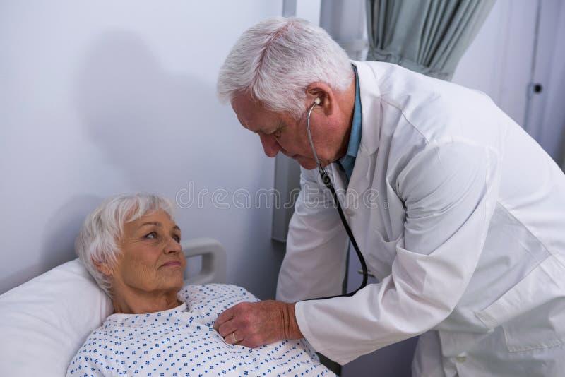 doktor bada pacjent starszy stetoskop fotografia stock