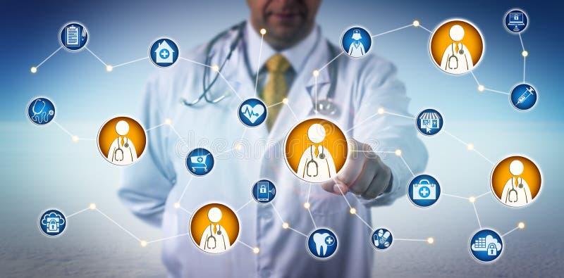 Doktor Consulting Via Clinician-To-Clinician förtjänar royaltyfri foto