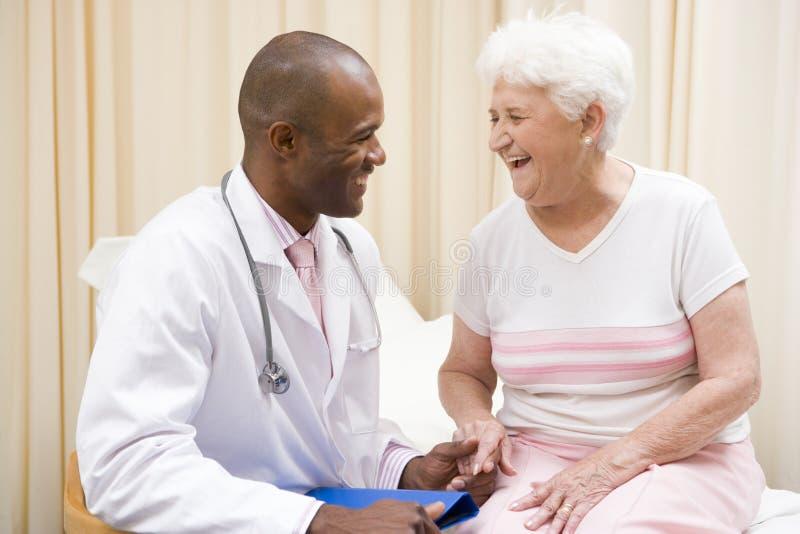 doktor coroczne badanie daj pokój kobieta obrazy stock