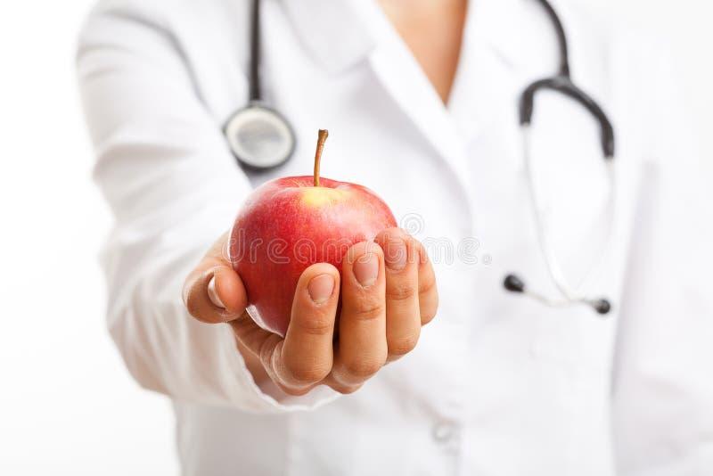 Doktor, der Apfel hält lizenzfreie stockfotografie