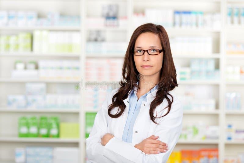 Doktor in der Apotheke stockbilder