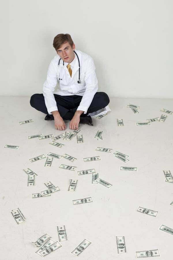 Doktor, der auf dem Boden sitzt lizenzfreie stockfotografie
