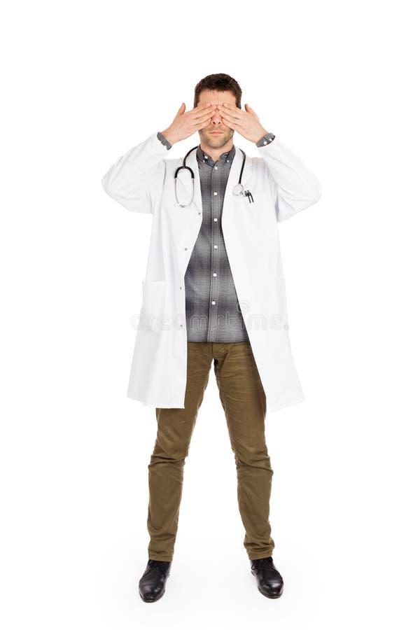 Doktor, der auf weiß- lokalisiert wird, sieht kein Übel stockbilder