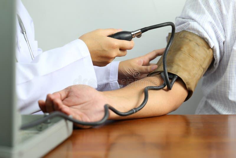 Doktor, der Blutdruck eines Patienten am Krankenhaus, Medizinkonzept ?berpr?ft stockbilder